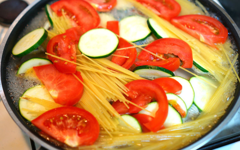 フライパンに野菜とパスタも