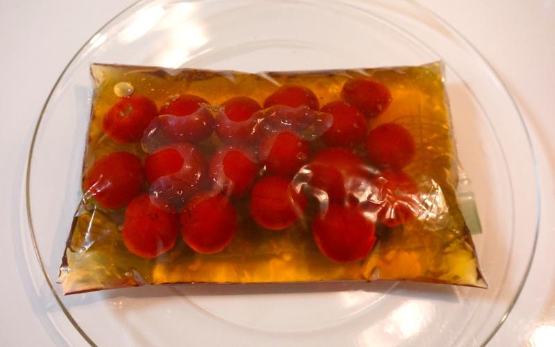 シロップに漬けたトマト